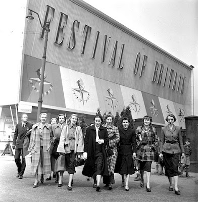 England, 1951, Fashion models performing in the Festival of Britain's Travelling Exhibition are pictured outside the venue (Photo by Popperfoto/Getty Images)
